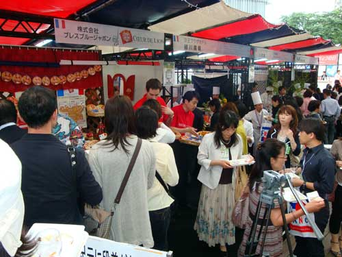 La foule de Japonais se masse au portillon..