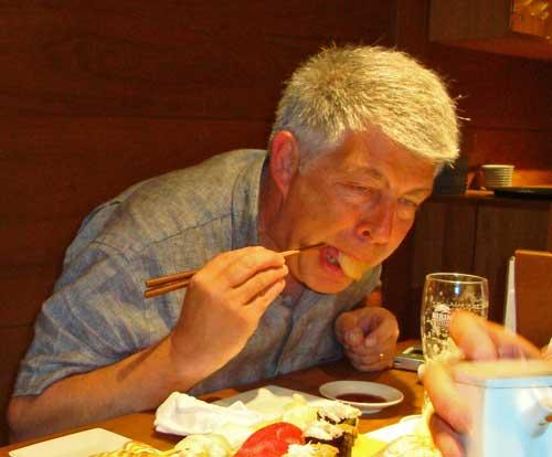 Yvon aux prises avec ses sushi à la baguette.