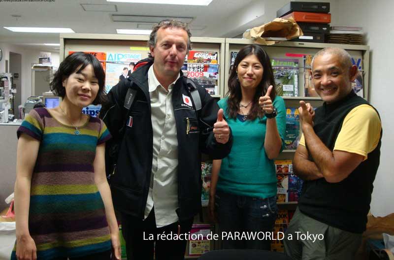 La sympathique équipe de Paraworld (parapente mag Japonais)